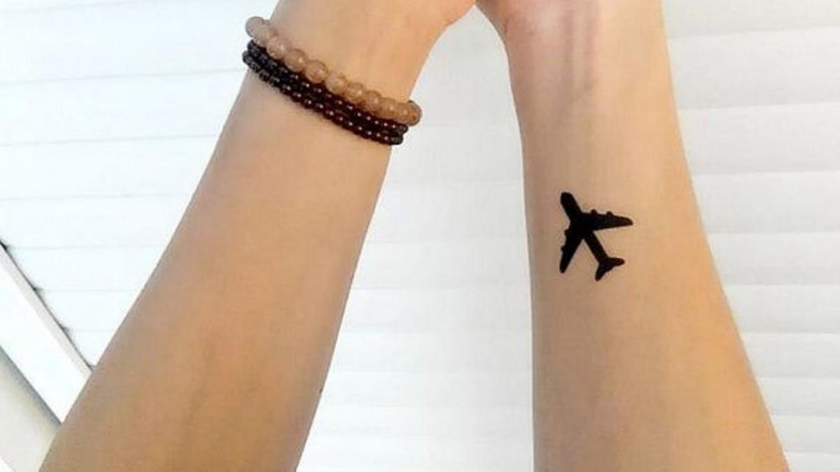 Tatuaje de un avión, ideal para las viajeras.