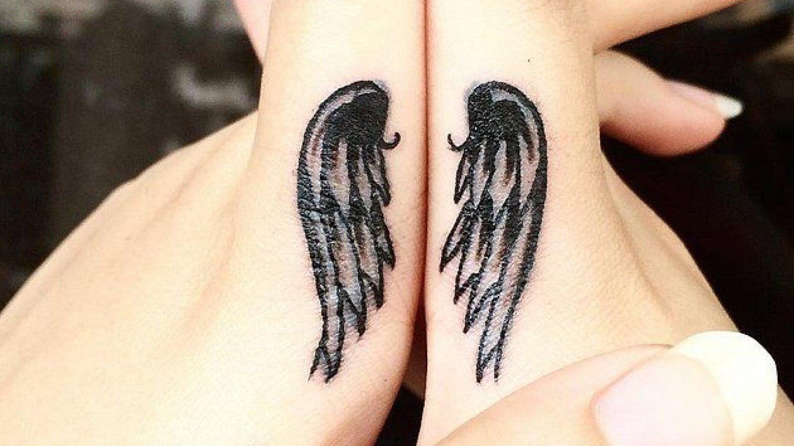 Tatuaje de unas alas en los dedos.