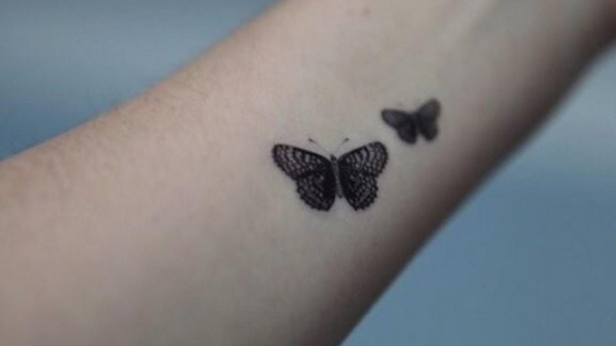 Tatuaje pequeño de unas mariposas.