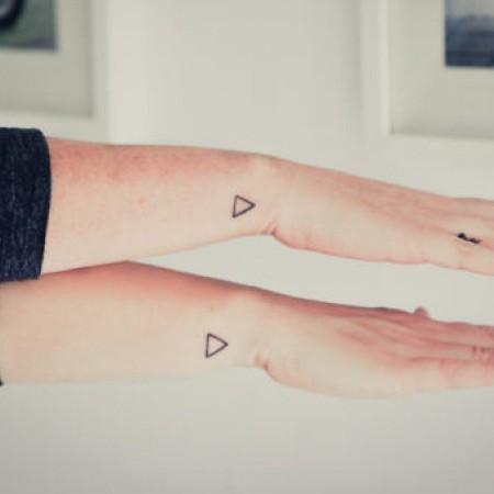 Los tatuajes discretos suelen colocarse en muñecas, tobillos, antebrazos y espalda.