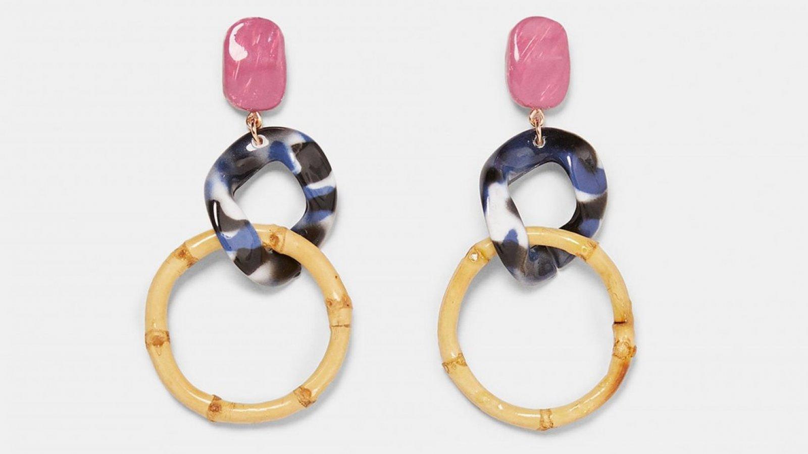 Pendientes colgantes resina de Zara, por 9,95 euros