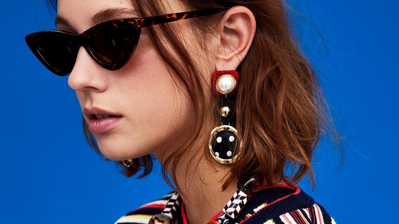 Pendientes perlas y lunares en blanco, rojo y negro de Zara, por 12,95 euros