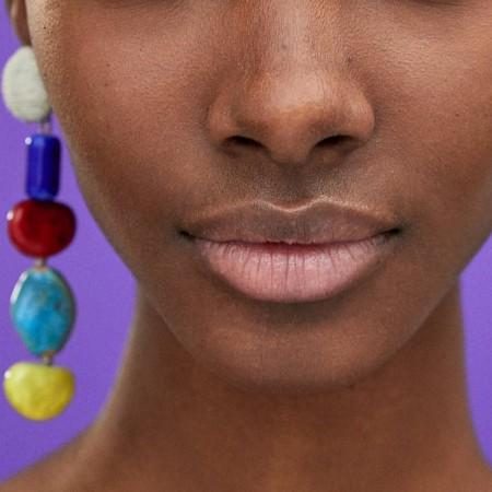 Pendientes colgantes piedras multicolor de Zara, por 9,95 euros