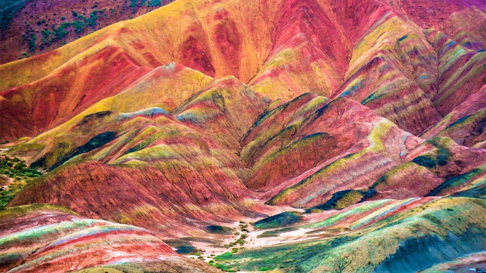 Las curiosas montañas de colores del Parque Geológico Zhangye Danxia.