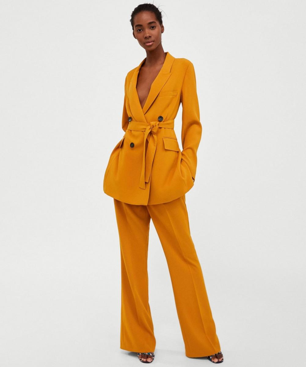 Conjunto chaqueta pantalón de color mostaza de Zara.