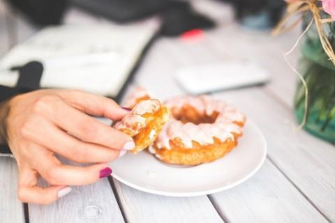 Comer de forma compulsiva y sin saciarnos esconde problemas emocionales.