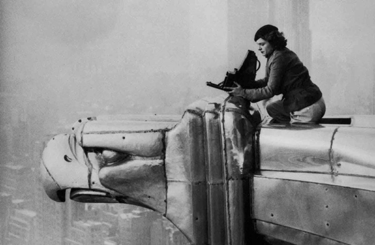 Margaret Bourke-White preparando su cámara en lo alto del edificio Chrysler.