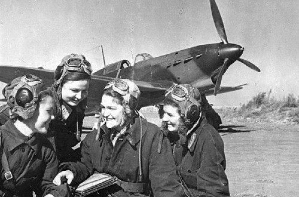 Las 'brujas de la noche' frente a uno de sus aviones.