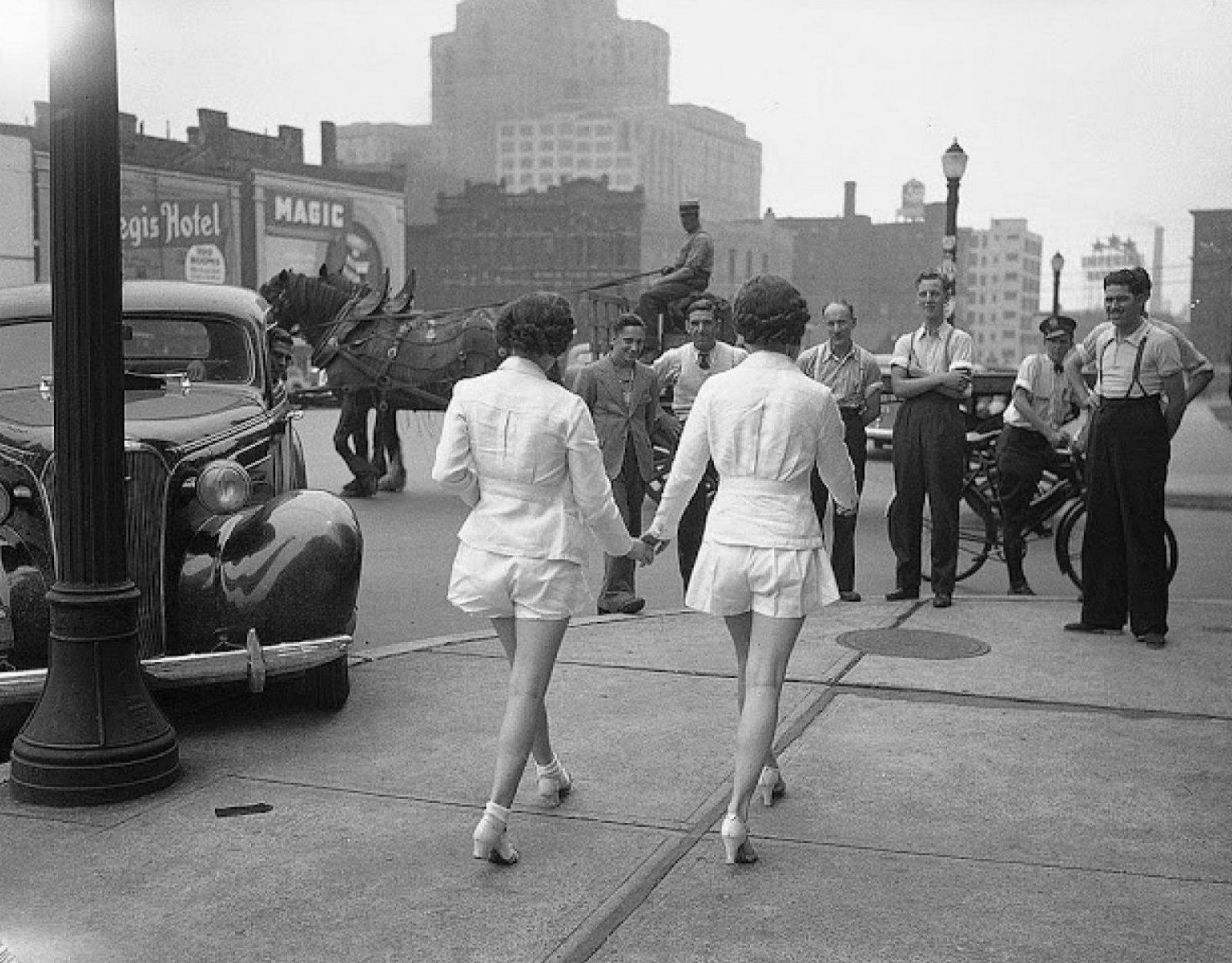 Primeras mujeres en mostrar piernas descubiertas públicamente en Toronto en 1937.