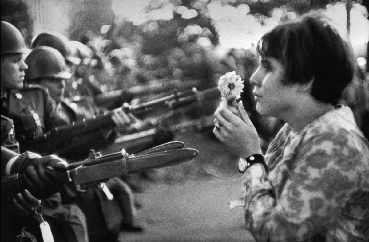 Icónica imagen de Jan Rose Kasmir enfrentada a los policías con una flor.