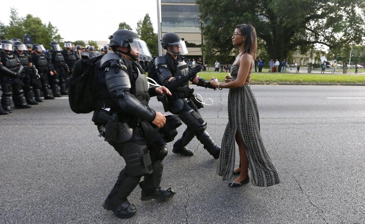 Ieshia Evans se enfrenta con calma a los policías durante las protestas en Baton Rouge.