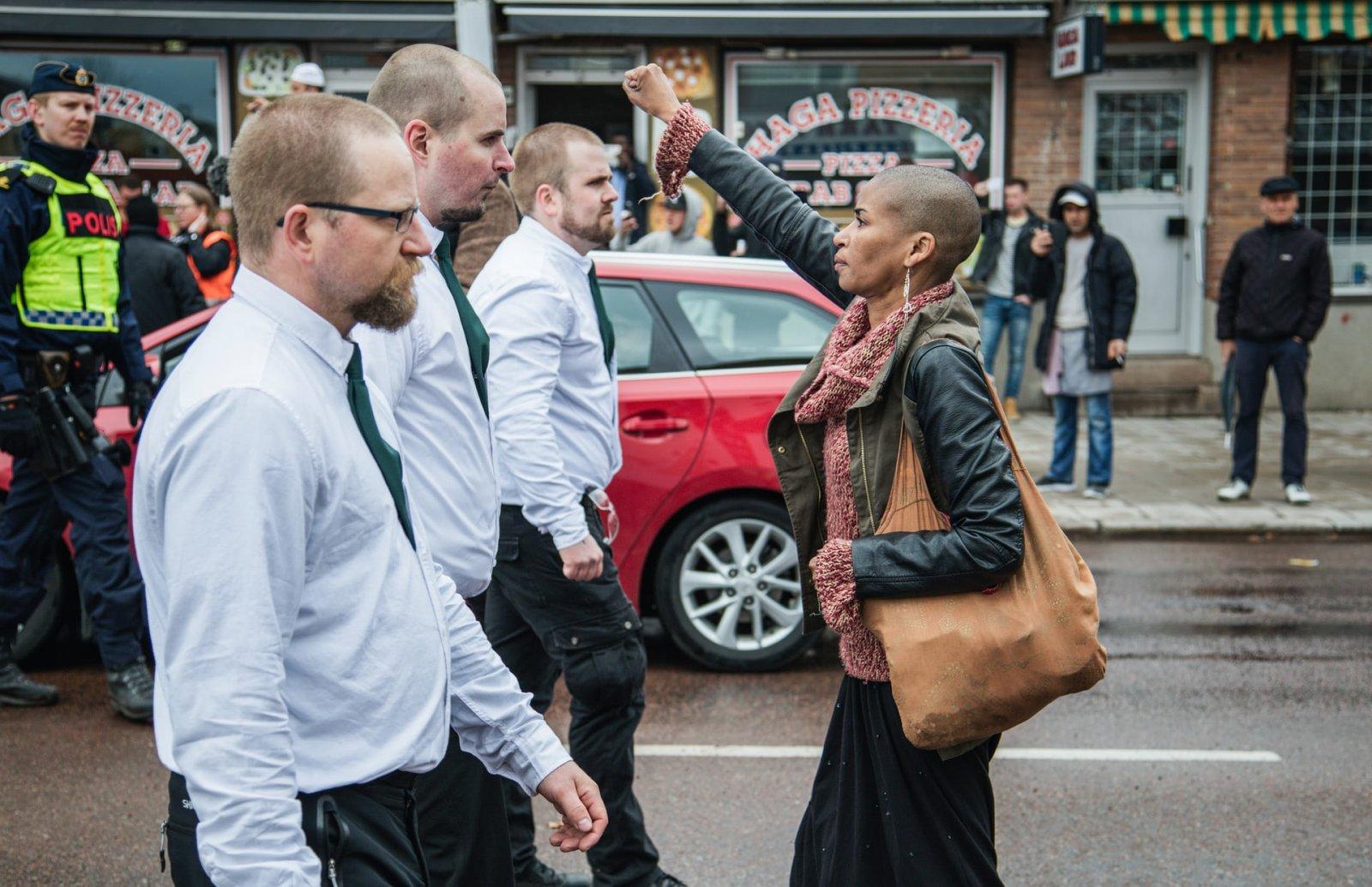 Tess Asplund enfrentándose a manifestantes neonazis, dejando una imagen icónica.