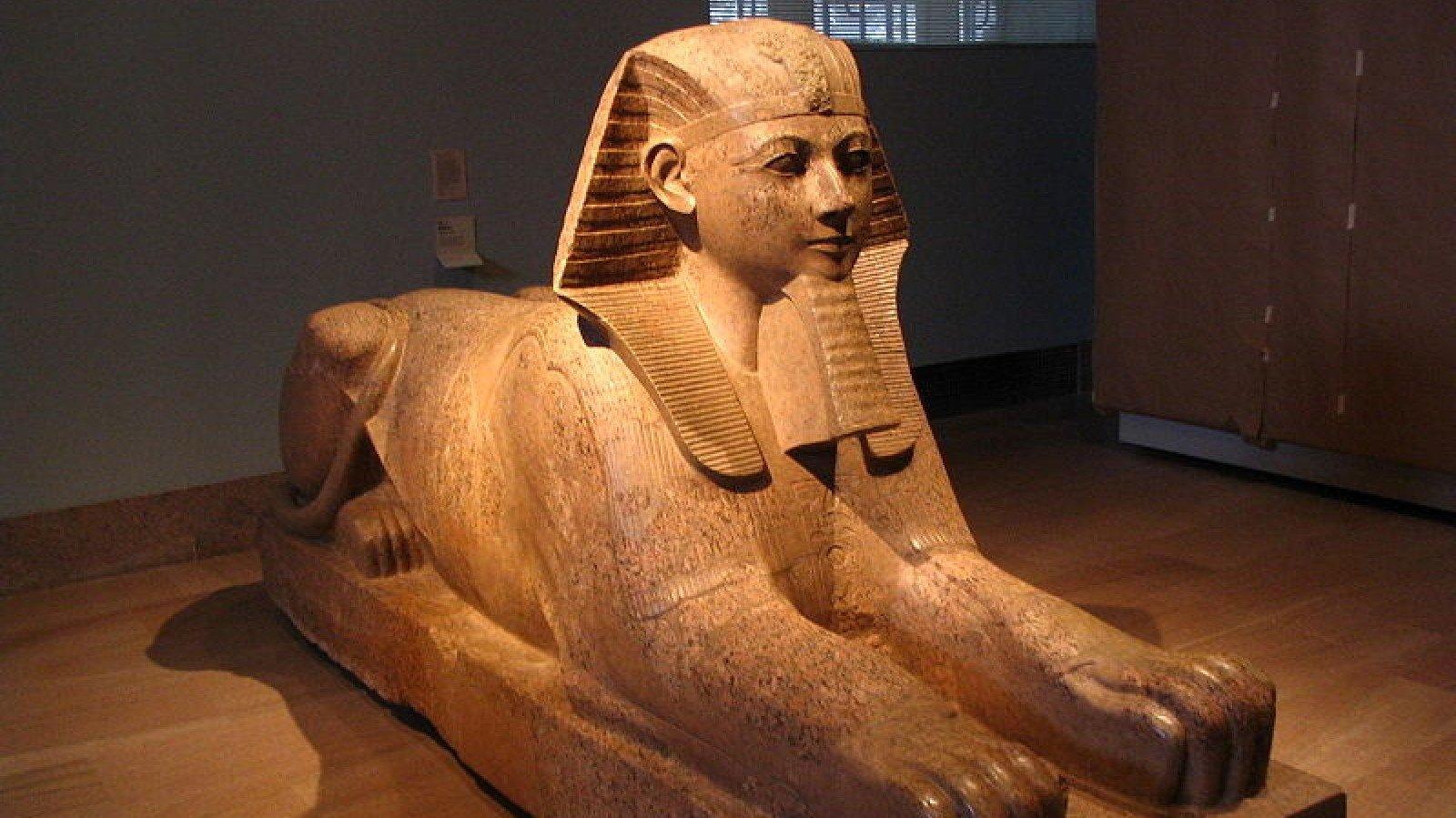 Esfinge de Hatshepsut, con iconografía faraónica.
