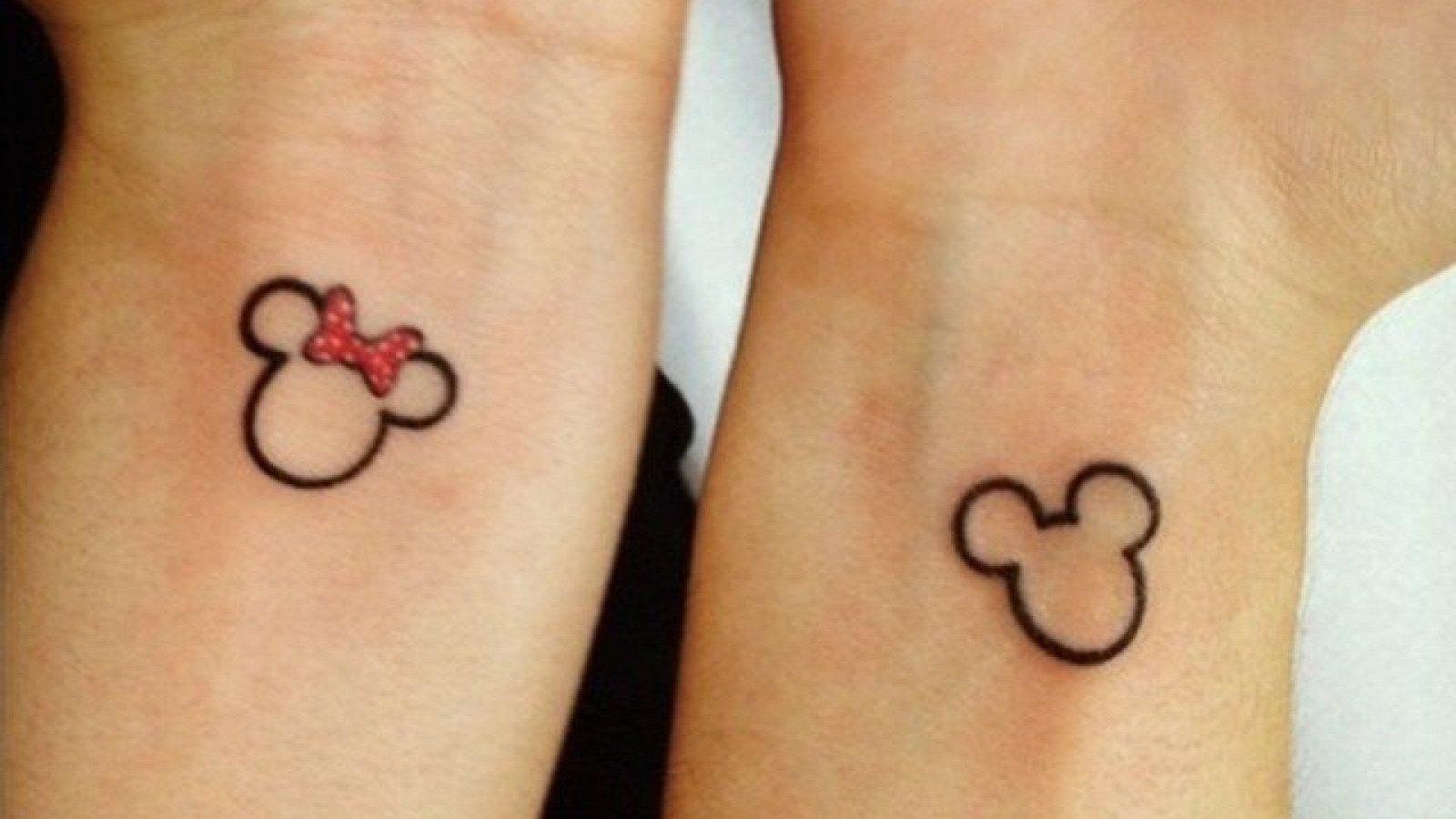 Tatuaje de la pareja de Minnie y Mickey Mouse.