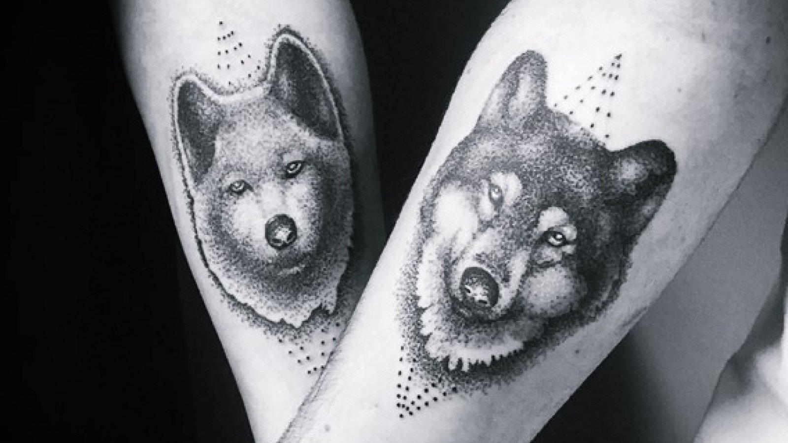 Tatuaje de una pareja de lobos.