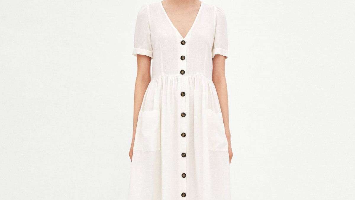 Vestido color crudo de corte 'midi' con botones de Zara, por 39,95 euros