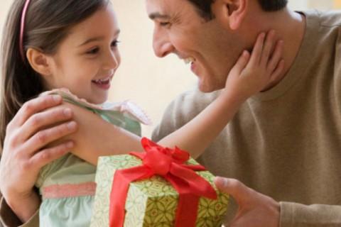 Estos son algunas ideas de regalos que puedes hacerle a tu padre en su día.
