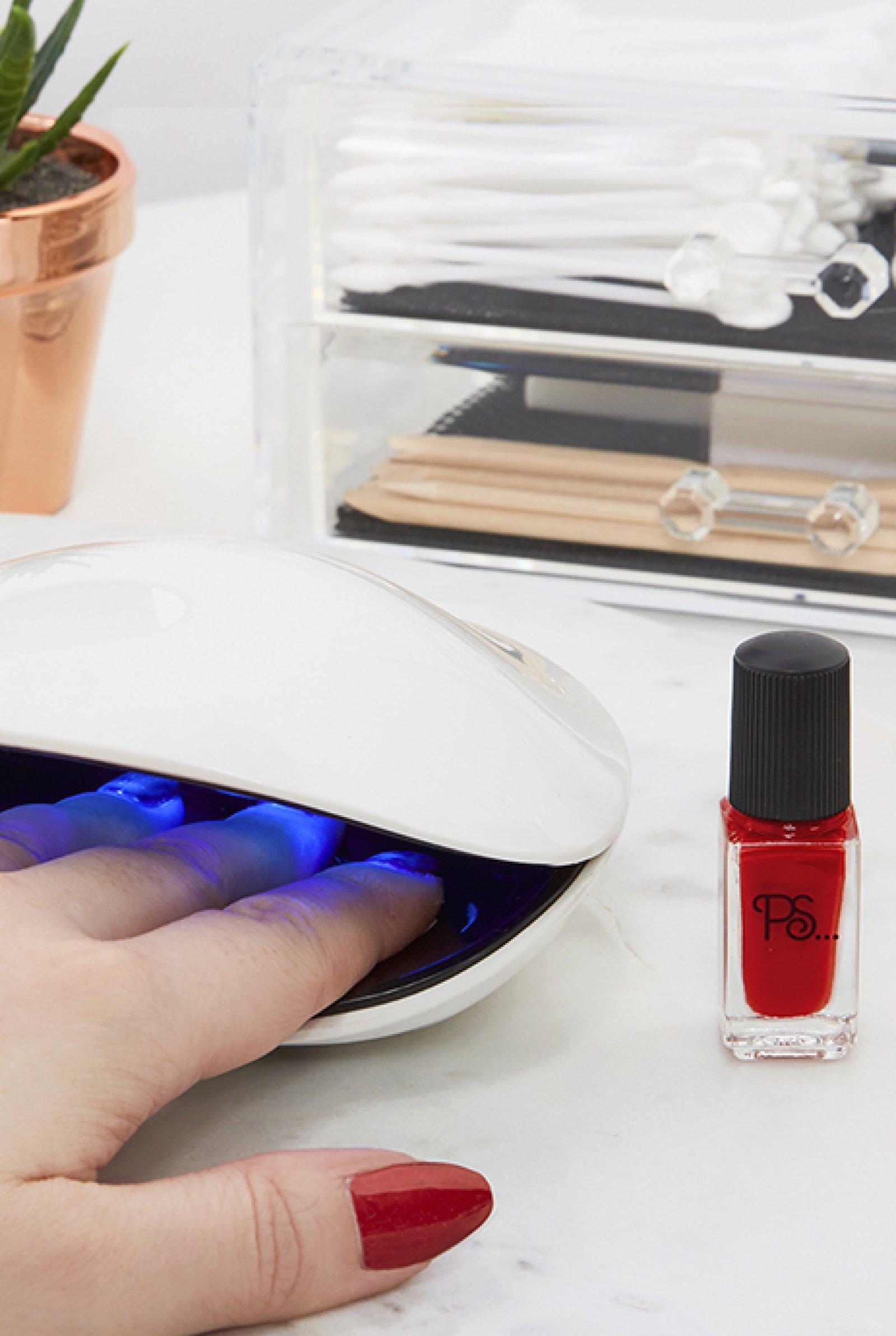 La lámpara de rayos UVA de Primark para un secado rápido del esmalte de uñas
