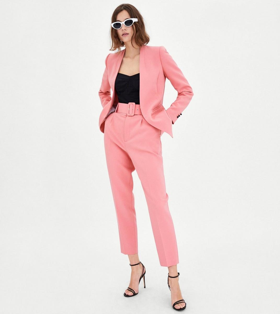 Pantalón de color rosa con cinturón de Zara, por 29,95 euros