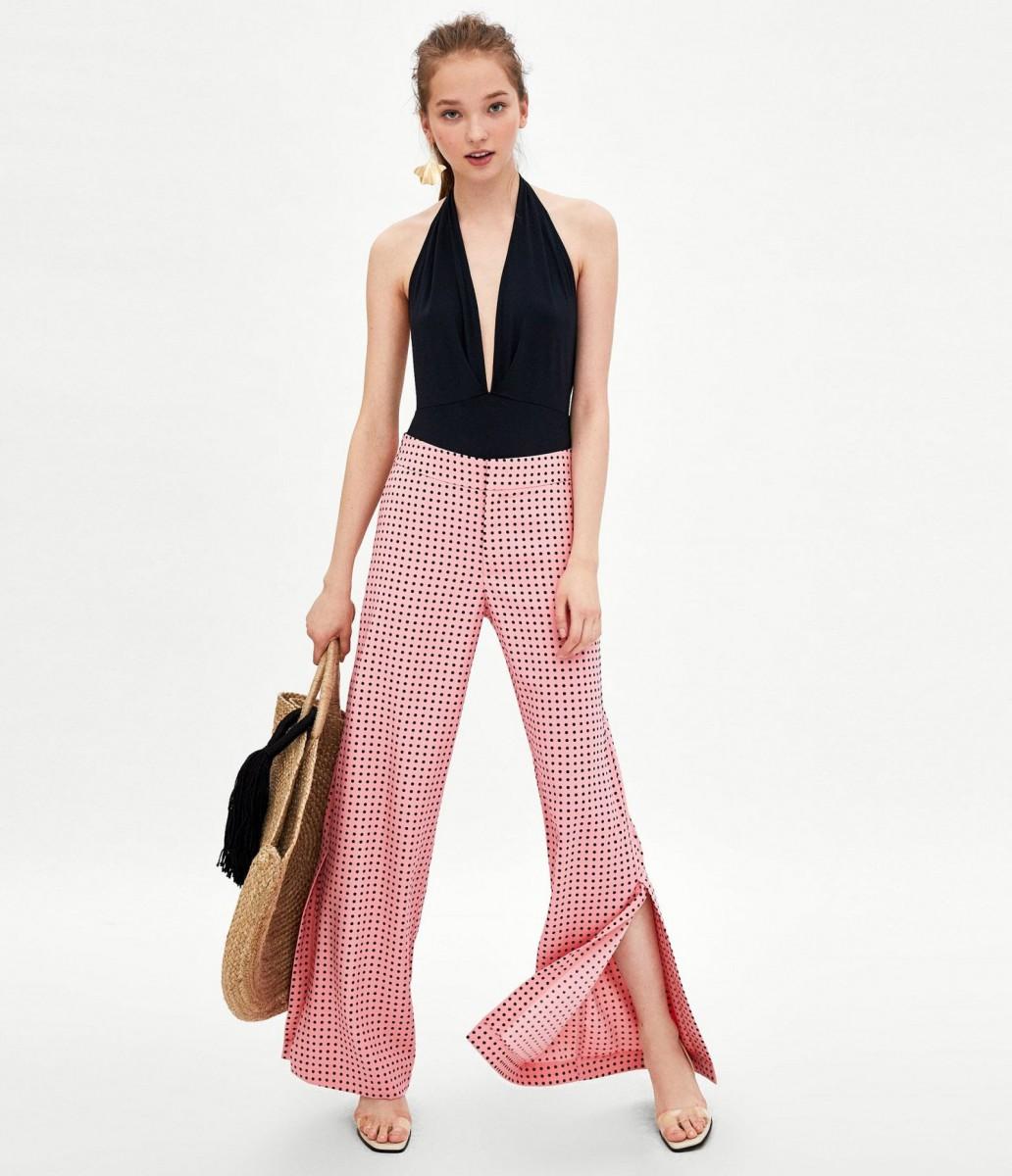 Pantalón largo fluido de color rosa y lunares de Zara, por 29,95 euros