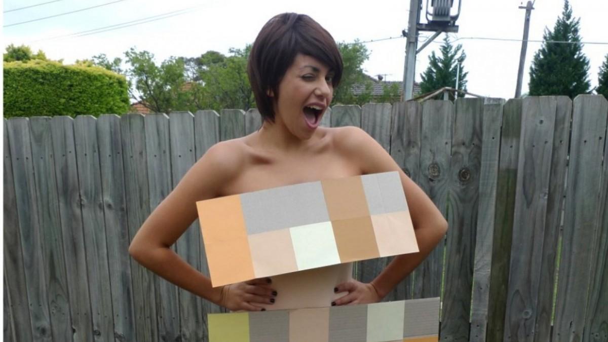 Disfraz de desnudo pixelado.