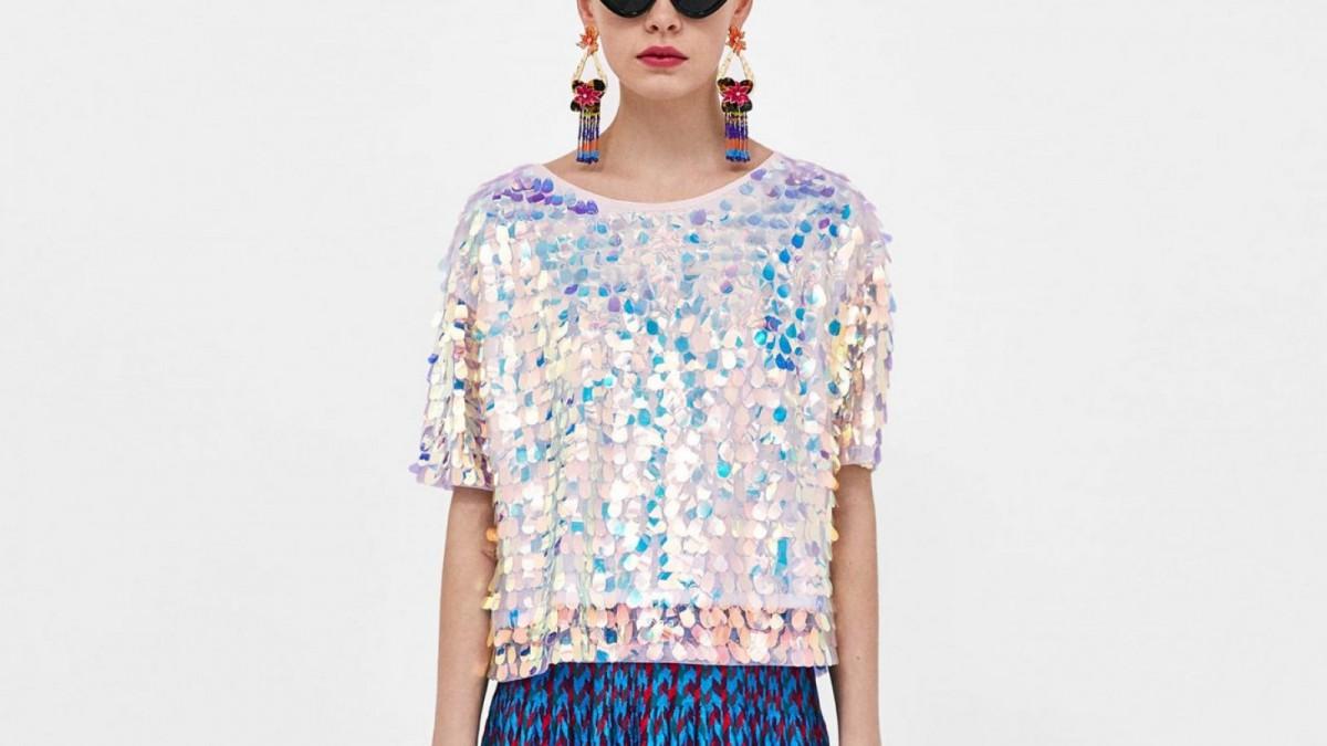 Camiseta lentejuelas ovaladas de Zara, por 35,95 euros.