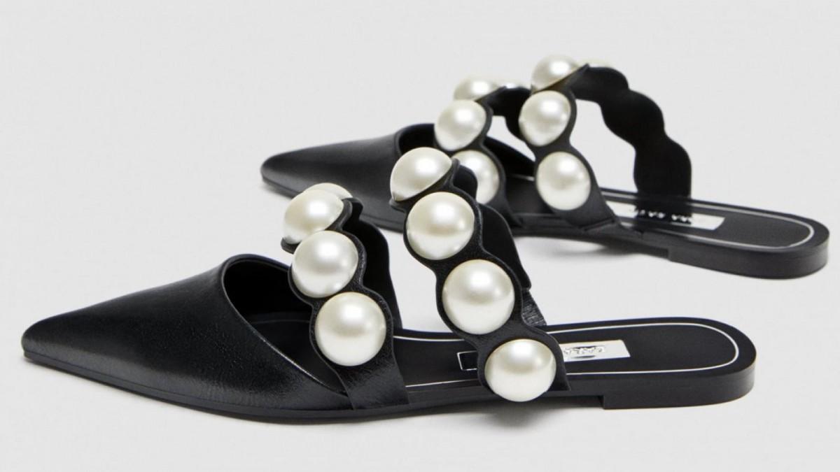 Zapato plano destalonado con perlas de Zara, por 35,95 euros