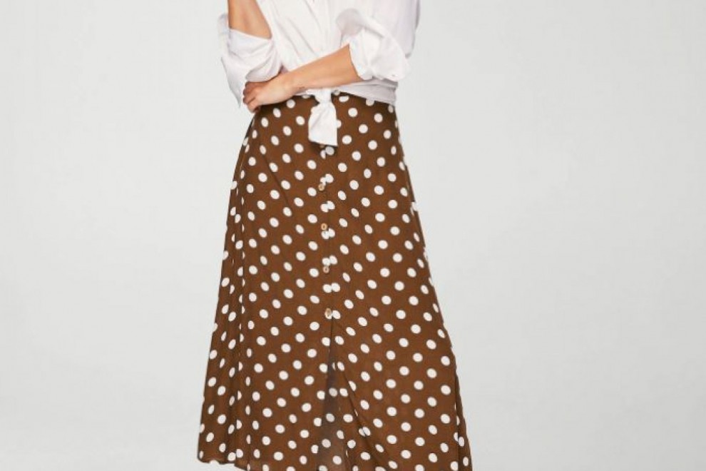 Falda marrón de lunares blancos de Mango, por 29,99 euros
