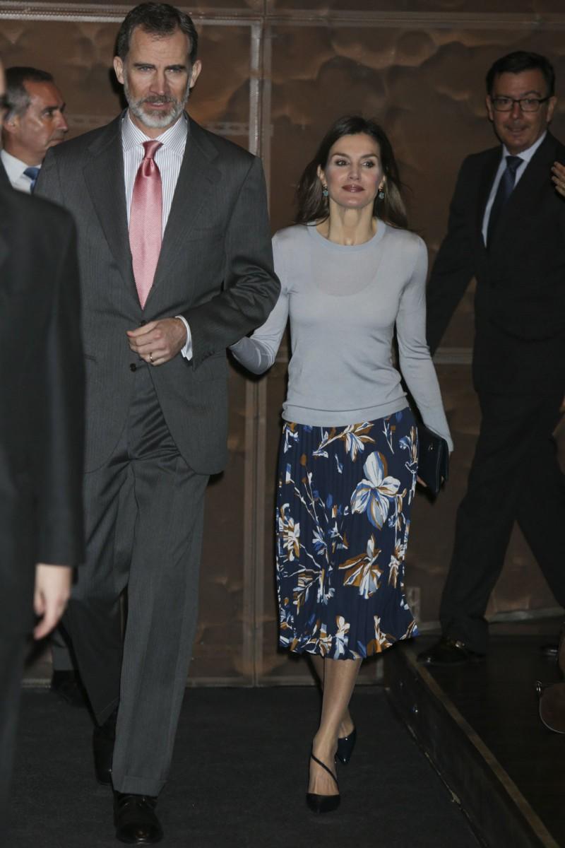 El rey Felipe VI y la reina Letizia a su llegada a la entrega de becas de La Caixa.