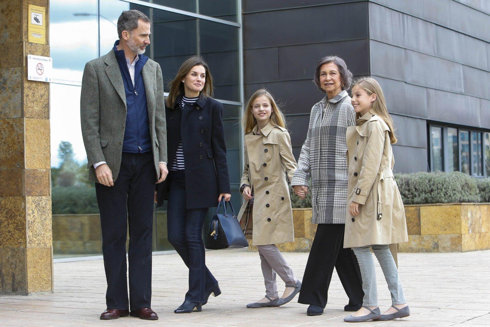 Los reyes Felipe VI y Letizia junto a sus hijas y Doña Sofía a la puertas del hospital