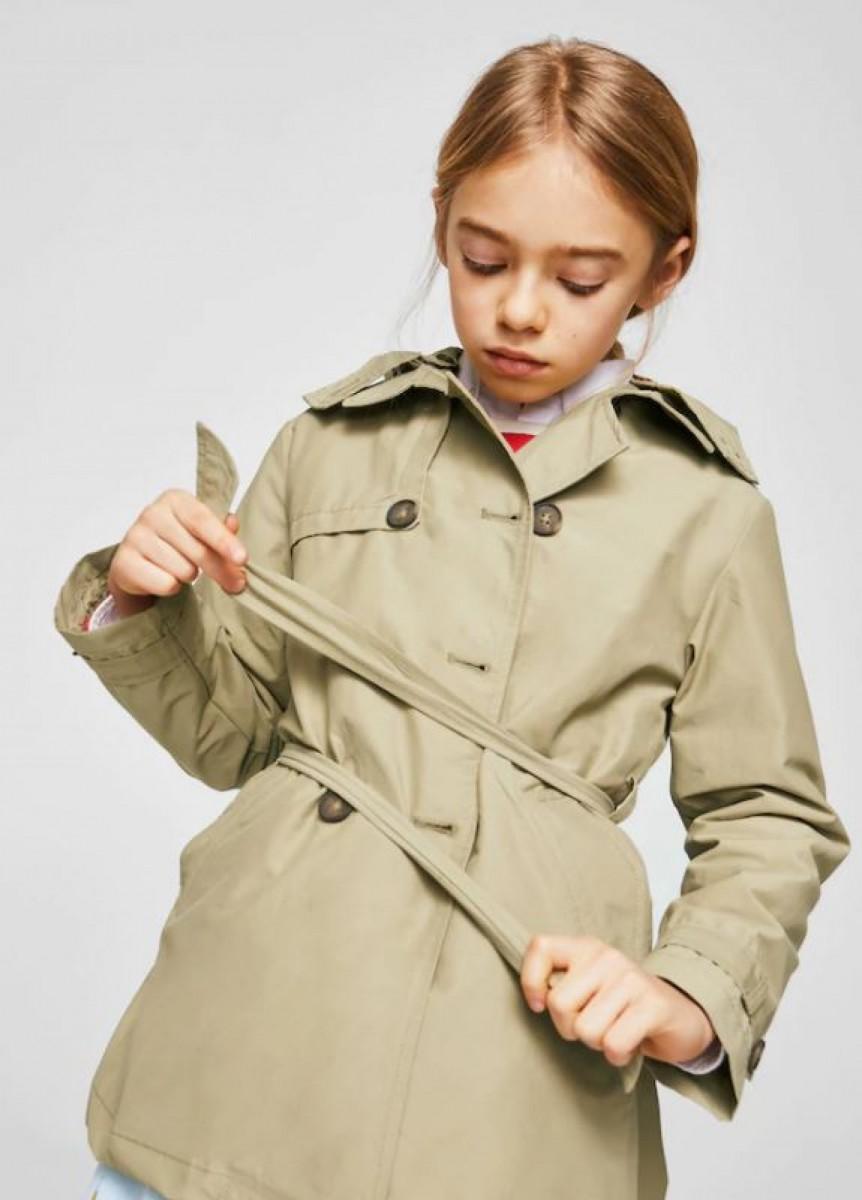 Gabardina con capucha desmontable de niña de Mango, por 29,99 euros