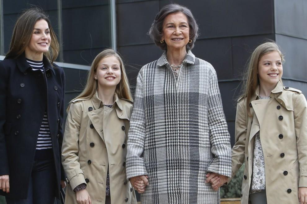 Doña Sofía acompañada de sus nietas y la reina Letizia en el hospital