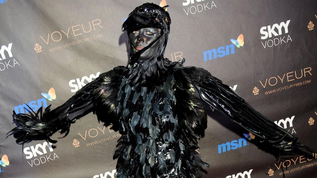 Heidi Klum disfraza de cuervo