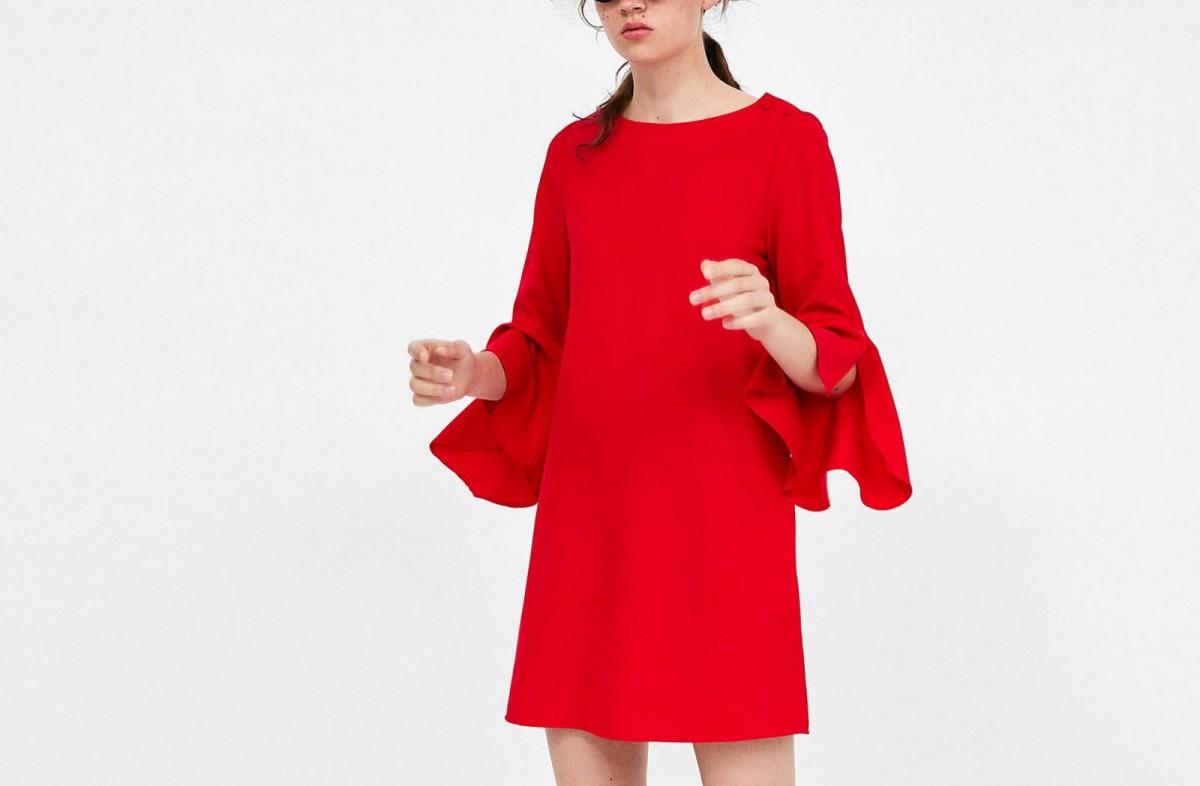 Vestido rojo con volantes en las mangas de Zara, por 29,95 euros.