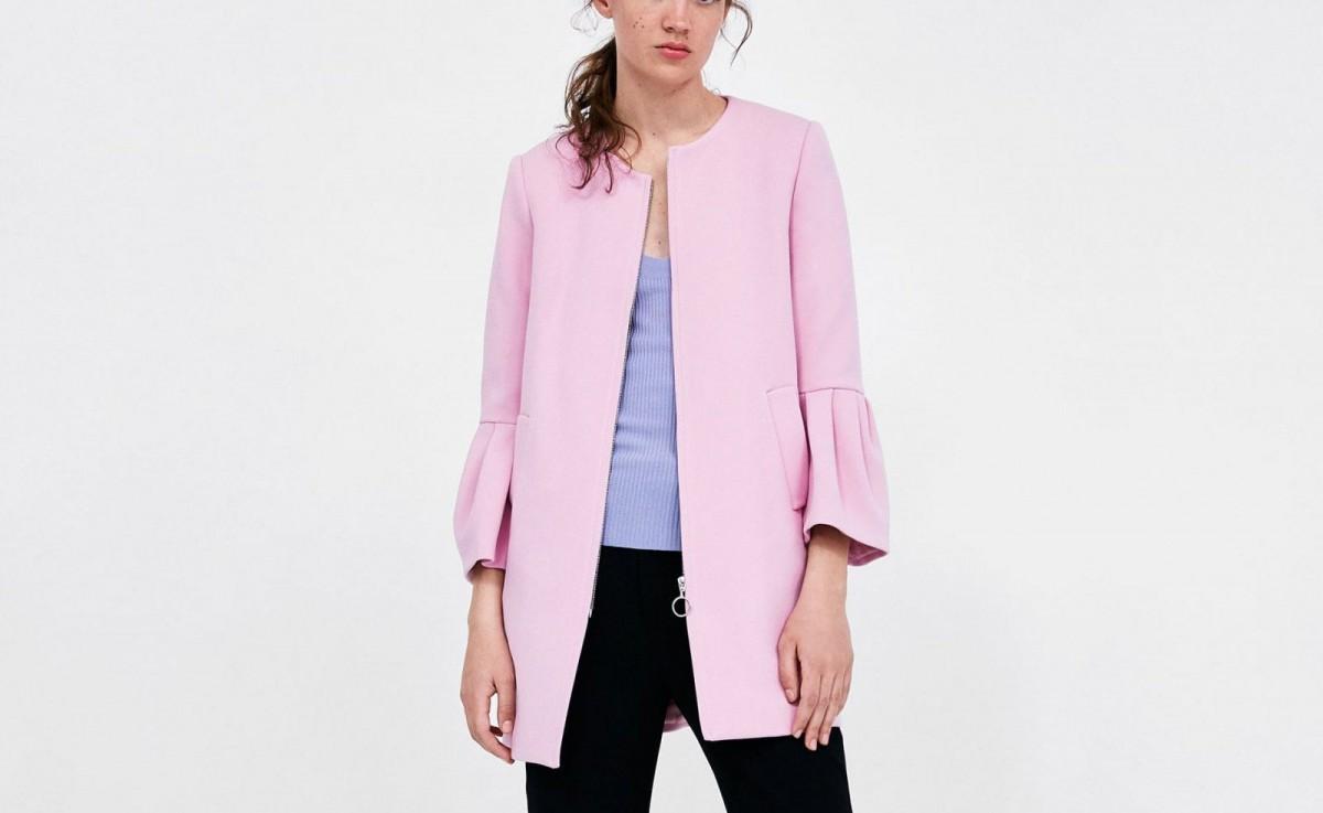 Abrigo  mangas con volantes de color rosa claro de Zara, por 69,95 euros.