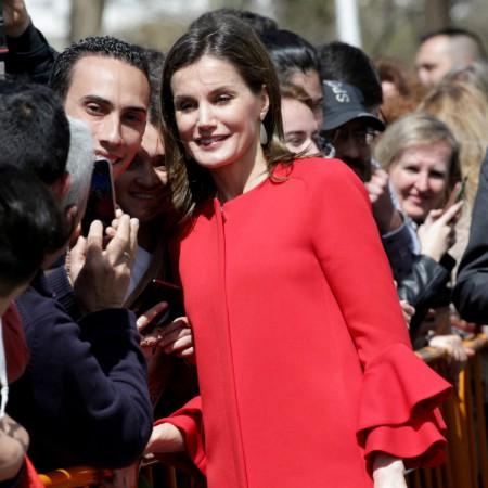 La reina Letizia luciendo el abrigo rojo de Zara este 2018