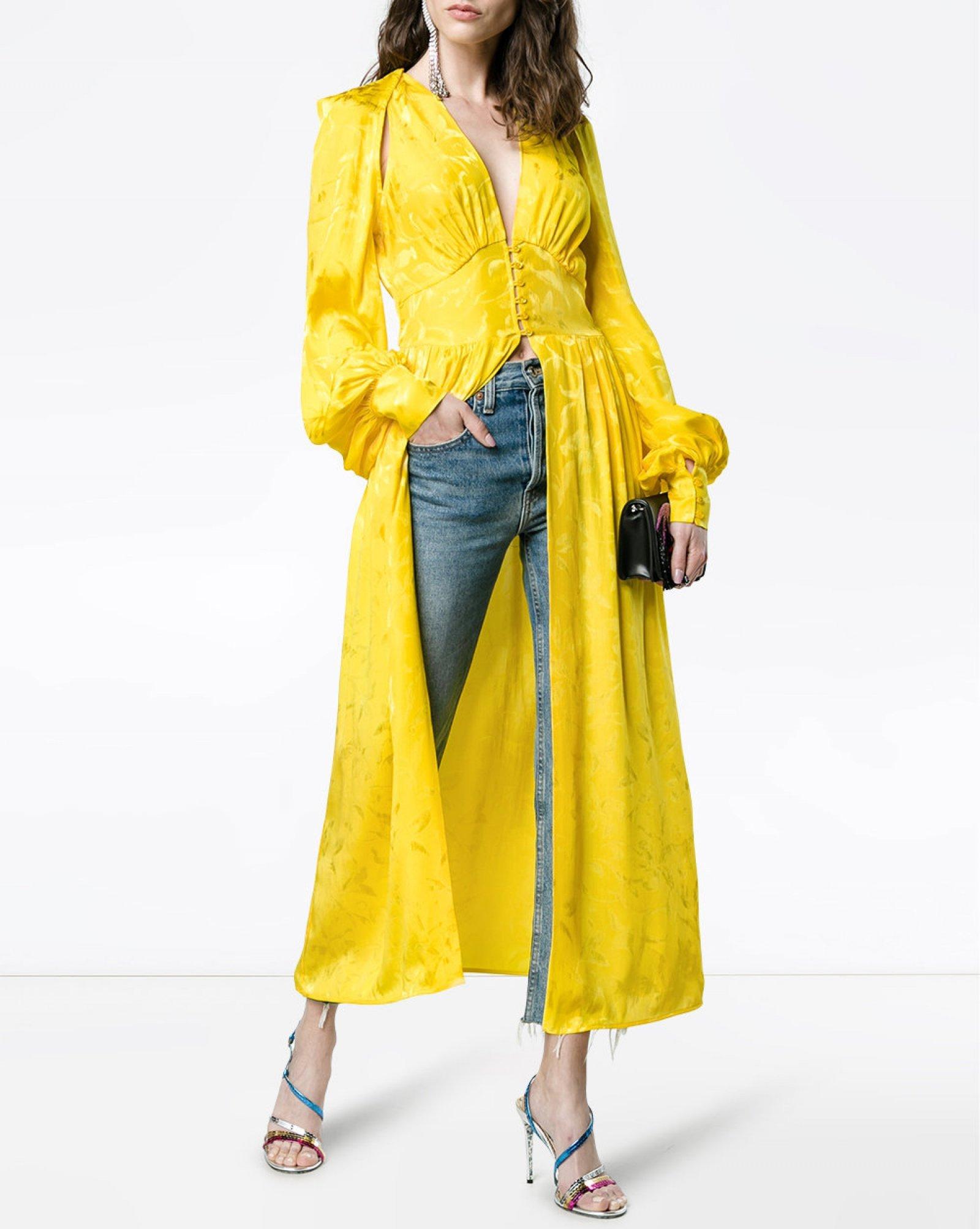 Vestido largo en amarillo de Attico cuyo precio es de 1.550 euros.