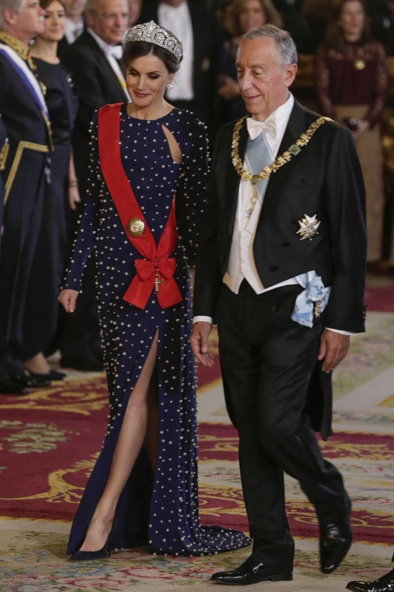 La reina Letizia ha estrenado un vestido de la diseñadora Ana Locking