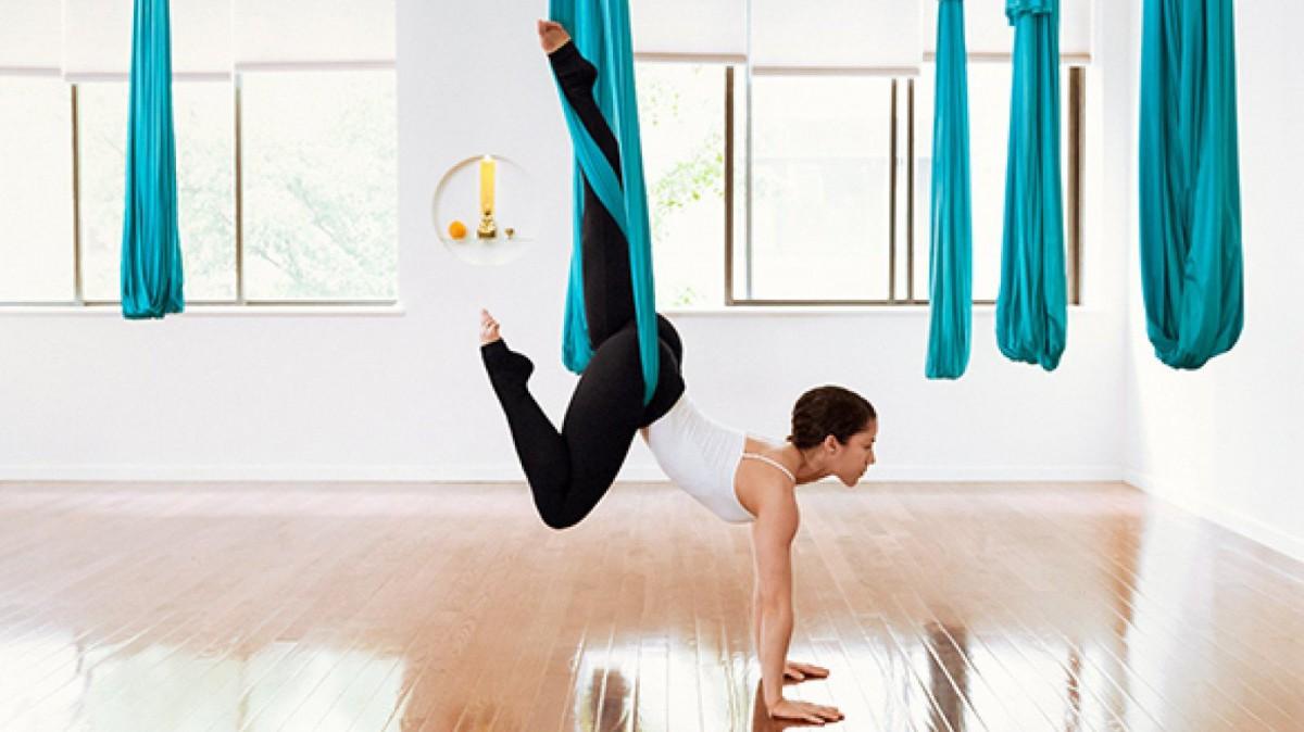 El aeroyoga permite trabajar los movimientos con más libertad y flexibilidad.