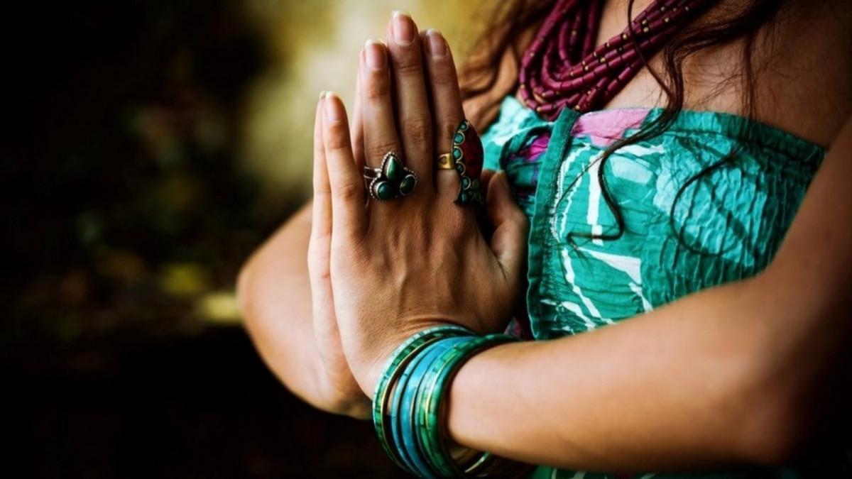 Este saludo está muy extendido en prácticas espirituales o de meditación.