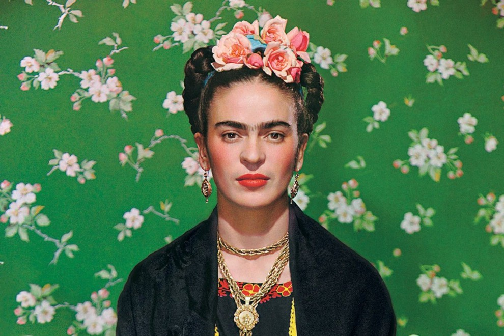 Frida Kahlo en un banco blanco, retratada por Nickolas Muray en 1939.