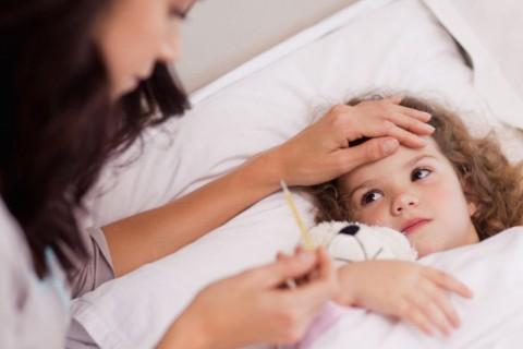Existen formas de reducir la fiebre tanto en niños como adultos.