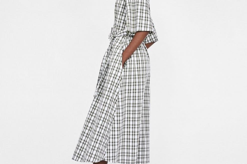 Vestido de cuadros con cintruón de Zara, por 39,95 euros.