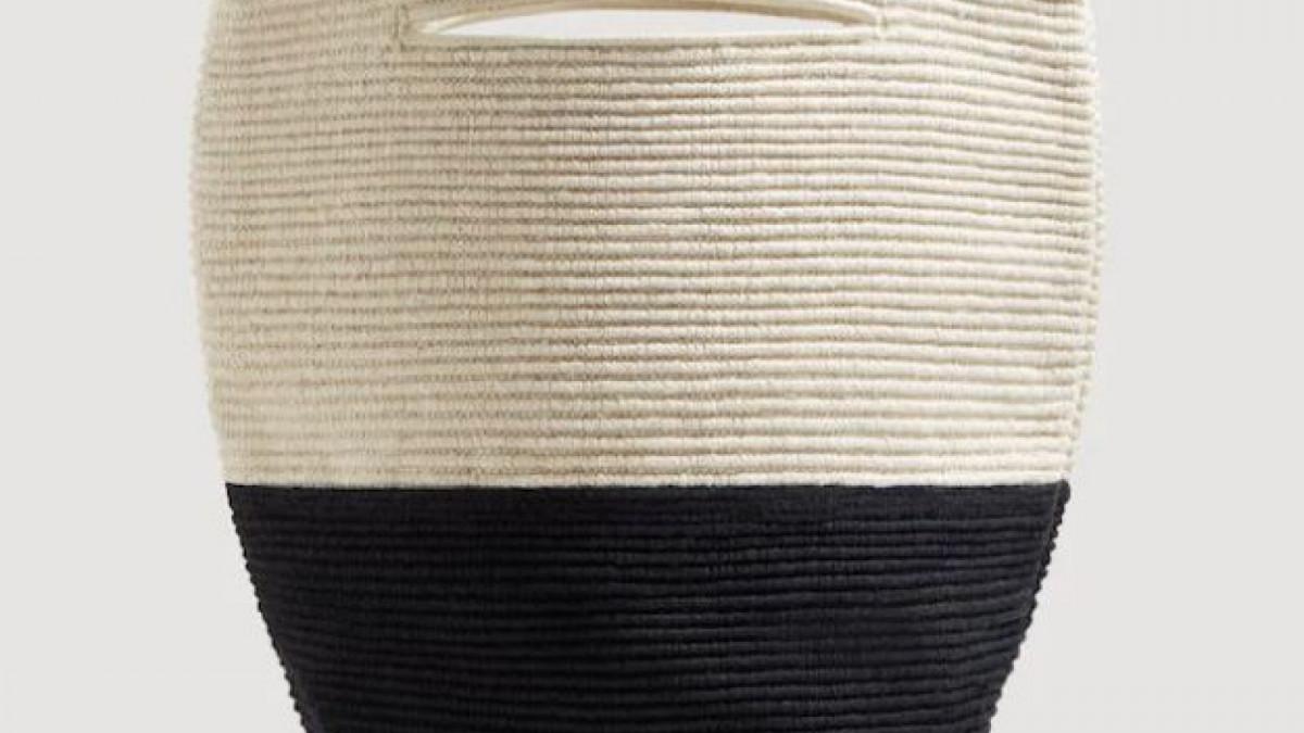 Bolso bicolor textura en beige y azul marino de Mango, por 19,99 euros.