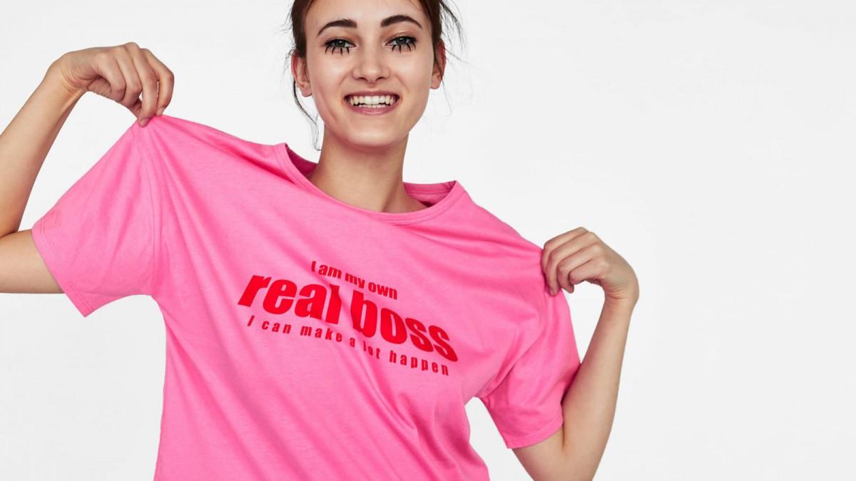Camiseta texto contraste de Zata, por 7,95 euros.