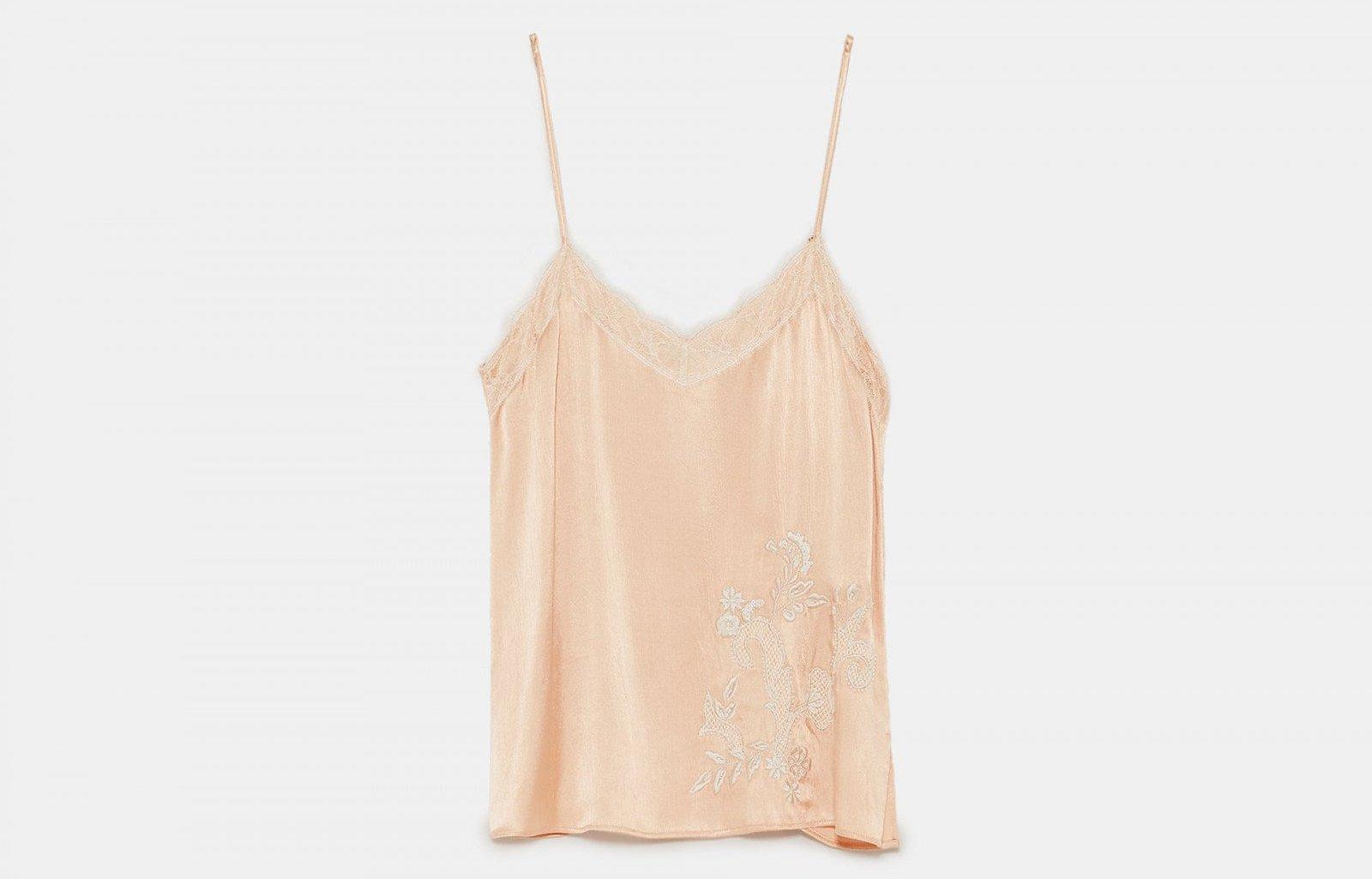 Top lencero con bordados de Zara, por 29,95 euros.