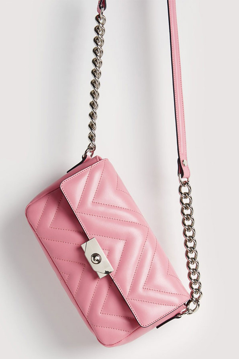 Bolso bandolera cadena color rosa de Uterqüe.