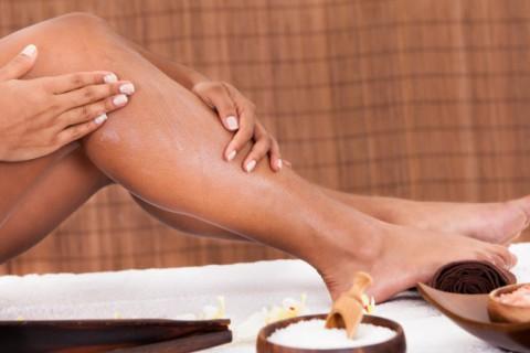 La retención de líquidos provoca hinchazón y pesadez, sobre todo en las piernas.