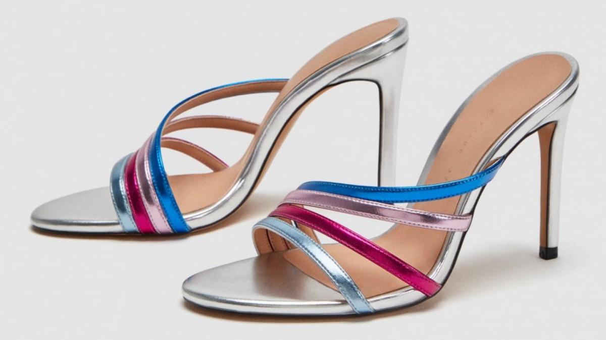 Sandalia tacón tira en multicolor metalizado de Zara, por 29,95 euros.