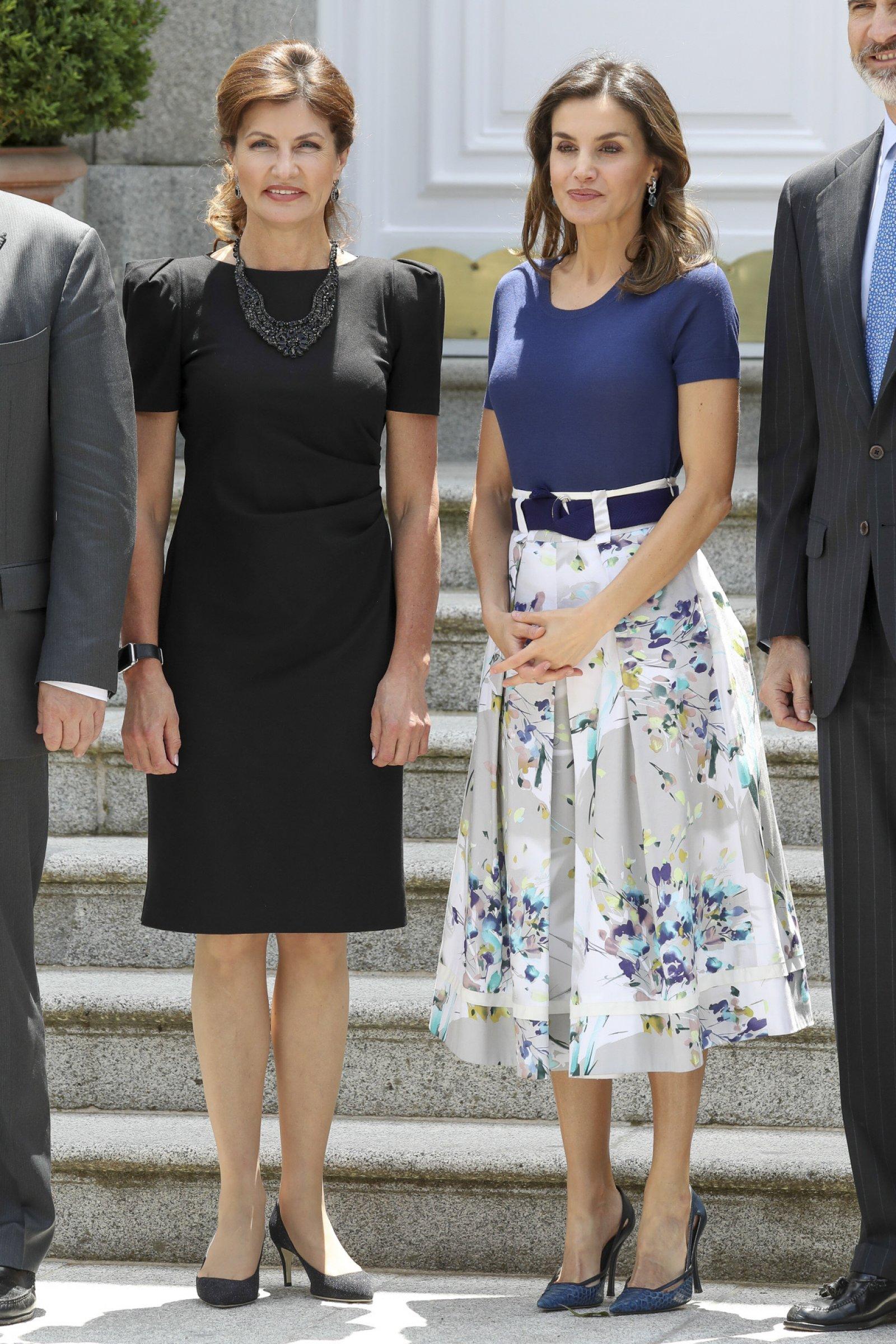 Letizia ha apostado por una favorecedor falda de Adolfo Dominguez